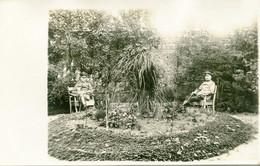 CARTE PHOTO ALLEMANDE - OFFICIERS AU REPOS DANS UN JARDIN DE COURRIERES PRES DE LENS  PAS DE CALAIS - GUERRE 1914 1918 - War 1914-18