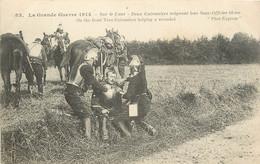 MILITARIA GUERRE 1914 SUR LE FRONT DEUX CUIRASSIERS SOIGNANT LEUR SOUS OFFICIER BLESSE - Andere Kriege