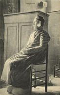 Nederland, STAPHORST, Vrouw In Klederdracht Op Stoel (1910s) Ansichtkaart - Autres