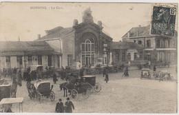 D02  - SOISSONS - LA GARE - Nombreuses Personnes - Calèches - Chevaux - Véhicules Anciens - Soissons