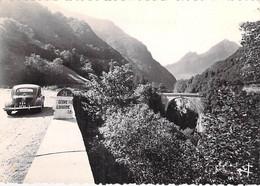 65 - LUZ ST SAUVEUR Le Pont Napoléon ( Borne 21 - 4 CV Renault ) CPSM Village ( 980 H ) Dentelée N/B GF - Htes Pyrenées - Luz Saint Sauveur