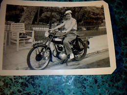 Moto Vieille Photo Anonyme Noir Et Blanc Femme Sur Motocyclette, Marque  à Identifier Année? - Sonstige