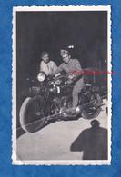 Photo Ancienne Snapshot - Portrait D'un Soldat Sur Moto Militaire - Voir Immatriculation - Modèle à Identifier - - Krieg, Militär