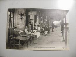 A477 . CPA. 63. Buffet De LAQUEUILLE. (Puy-de-Dome). Beau Plan Animé. Non Ecrite - Other Municipalities