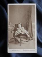 Photo CDV J. Andrews, Swansea And Carmarthen - Jeune Enfant Sur Une Chaise, Circa 1865 L334 - Old (before 1900)