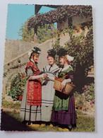 Folklore Maconnais Jeunes Vigneronnes En Costume De Fête Avec Le Curieux Chapeau Noir En Forme De Champignon - Bourgogne