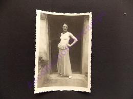 Photo Originale Amateur Femme Pose Pour La Photo Robe Déguisement ? - Pin-ups