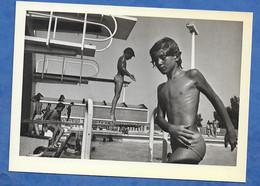 CP Série Les Chefs D' œuvre De La Photographie J.P Charbonner La Piscine D' Arles  En 1975 Adolescent Plongeoir - Other Photographers