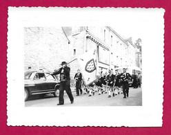 Photographie Datée De 1954 - Bretagne - Morbihan - Vannes - Défilé En Ville Le 1er Aout 1954 - Plaatsen