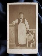 Photo CDV Boucher Pinault à Chateauroux - Métier, Homme En Tablier Posant Avec Un Gros Chien, Second Empire Ca 1865 L340 - Alte (vor 1900)