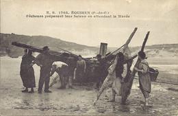 62.Environs De Boulogne Sur Mer -EQUIHEN - E.S 1703  - Pêcheurs Préparant Leur Bateau En Attendant La Marée  - Animation - Autres Communes