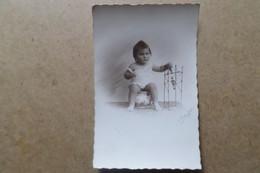 ENFANT ASSIS SUR UN VASE DE NUIT - Jouet - Carte Photo 1931 - Retratos
