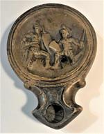Lampe à Huile Romaine Montrant Deux Gladiateurs Au Combat - Archäologie