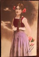 Cpa De 1906, Fantaisies, Kohledruck Photographie Frau Portrait Blumen Heu, Femme (tenue Traditionnelle.folklorique?) - Mujeres