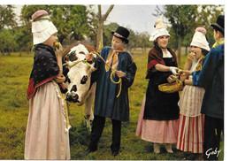 14  Groupe De Pont-l'évèque Fillettes Et Garçons Pommes Vache Costumes  Coiffes - Pont-l'Evèque