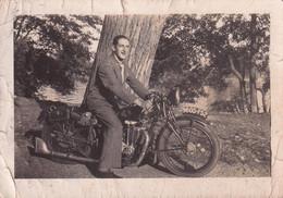 Un Homme Avec Une Ancienne Moto (petite Photo) - Motorräder