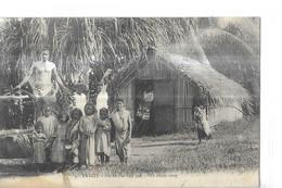 TAHITI  N 1   FEI NE S EN FAIT PAS   GROUPE ENFANTS ET HOMME DEVANT CASE     2 CHOIX  Pli Et Tache Bas - Tahiti