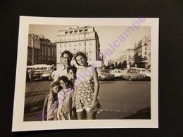 Photo Famille Pose Pour La Photo, Maman En Jupe Culottes à Fleurs Parking Autos Citroën Ds 1972 - Persone Anonimi