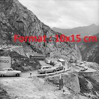 Reproduction D'une Photographie Ancienne De Bus, Camions Et Automobiles Sur La Tremola Saint-Gothard En Suisse 1965 - Riproduzioni