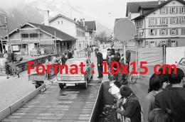 Reproduction D'une Photographie Ancienne Du Chargement De Wagons Ligne Du Gothard à Erstfeld En Suisse 1967 - Riproduzioni