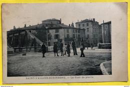 26. SAINT-VALLIER-SUR-RHONE - Le Pont De Pierre: Animée: Groupe De Jeunes Garçons - Andere Gemeenten