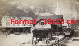 Reproduction Photographie Très Ancienne D'un Train Dans Une Gare Ville Des Alpes En Suisse En 1860 - Riproduzioni