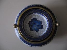 CENDRIER CLOISONNE BLEU ET BLANC DECOR FLEURS 10 X 5 CM 240 GR - Porcelana