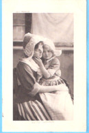 Enfant-1913-Douce Caresse-Fillette Avec Sa Maman-costume Traditionnel Hollandais-Coiffe Hollandaise - Scene & Paesaggi