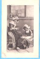 Enfant-1913-Vie De Famille-Fillette Avec Sa Maman-costume Traditionnel Hollandais-Coiffe Hollandaise - Scene & Paesaggi