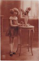 D3135 FANTAISIE ENFANT - SEPIA - JEUNE FILLE EN JUPE A COTE D'UNE PETITE TABLE FLEURIE - BONNE ANNEE N°3001 - Verzamelingen & Reeksen