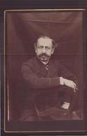 Photo Sur Carton ( 16.5 X 10.5 Cm ) Homme Assis Une Cigarette à La Main - Antiche (ante 1900)