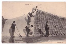BERRE - Ouvriers Couvrant Le Sel   (carte Animée) - Otros Municipios
