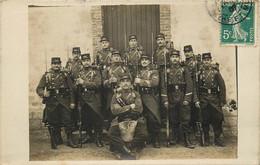 CARTE PHOTO TOUL MILITARIA GROUPE DE MILITAIRES N°146 SUR LES KEPIS - Toul