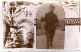 Carte Photo Montage Originale Femme Ou Androgyne En Uniforme Militaire & Martinet C.E.A.C. Reg. Ange à La Flûte 1910/20 - Guerra, Militares