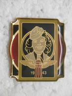 Pin's - COCA-COLA 1943 - Pin Badge Anniversaire 100 Ans De COCA COLA - Coca-Cola