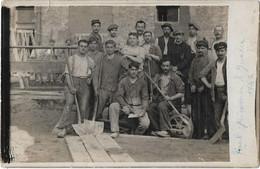 VILLENEUVE TRIAGE -- Carte Photo- Groupe De Terrassiers,  écrite En Allemand  En 1918 De Villeneuve Triage - Villeneuve Saint Georges