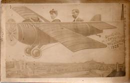 V12 96Hys  Carte Photo Montage Surréalisme Marin Et Homme Dans Un Avion Factice Expo Des Arts Déco. Paris En 1925 - Photographs