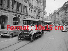 Reproduction Photographie Ancienne De Bus PTT Défilant Dans La Ville Pour Les50 Ans Du Car PostalSuisse En 1956 - Riproduzioni