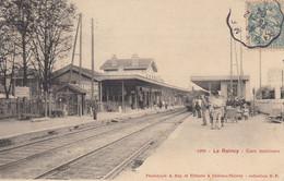 93 - Le Raincy - Beau Cliché Animé - Intérieur De La Gare - Train - Chef De Gare - Voyageurs - Marchand De Glaces - Le Raincy