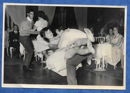 Photographie Originale Danse De Salon Lieu à Identifier Couple Rock Acrobatique Jeu De Jambes - Format 17,5 Sur 11,5 Cm - Anonymous Persons