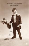 DC906 - Schöne Motivkarte Kinder Kleiner Junge Anzug Blumen - Retratos