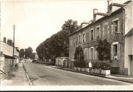 """18 - Cpsm Pf -   LA GUERCHE Sur L' AUBOIS - Rue De La Liberation  """"hôtel De La Poste  152 - La Guerche Sur L'Aubois"""