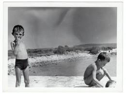 Semi Nude Naked Little Girl Boy On Beach Swimming Trunks Enfant Garçon Fille Nue La Plage Original Vintage Photo *4144D - Anonymous Persons