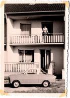 Photo Originale Portrait De Femme Au Balcon Et Son Rare Joli Petit Coupé à Identifier Vers 1960/70 - Auto's