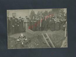 MILITARIA CARTE PHOTO MILITAIRE PERSONNAGES CURÉ CERCUEIL AU CIMITIERE LES PRIEVES ? PHOTO FARGES À LYON : - Cementerios De Los Caídos De Guerra