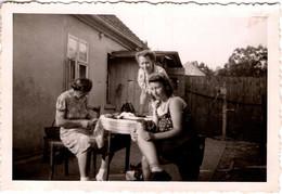 Photo Originale Occupations De Femmes En Terrasse, épilation, Lecture, Et Petits Bobos Vers 1940/50 - Pin-ups
