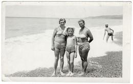 Family On Beach Man Woman Boy Girl Swimsuit Semi Nude Homme Femme Garçon Fille Maillot Semi Nu Original Photo *3878D - Anonymous Persons