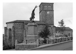 SAINT-GEORGES-EN-COUZAN - L'église Et Monument Aux Morts - Otros Municipios