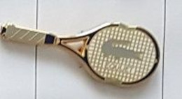 Pin's  ARTHUS  BERTRAND, Raquette  Sport  Tennis  ROLAND  GARROS  Verso  OFFERT  PAR  LACOSTE - Arthus Bertrand