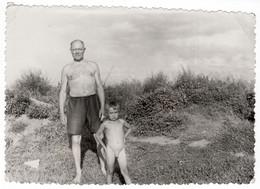 LARGE - Nude Naked Little Boy On Beach Family Swimming Garçon Nue La Plage Original Vintage Photo #L624 - Anonymous Persons